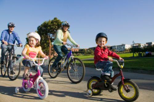 Rodinka na bicykloch bezpečne