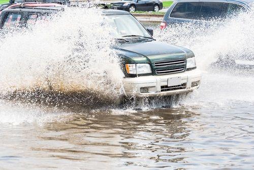 7 rád,  keď vás zastihne prívalový dážď v aute