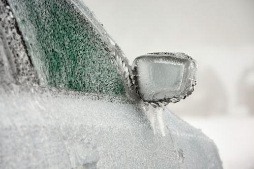 Super trik, ako sa zbaviť ľadu na aute za pár sekúnd (+ video)